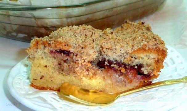 Сливовый пирог с ореховой посыпкой
