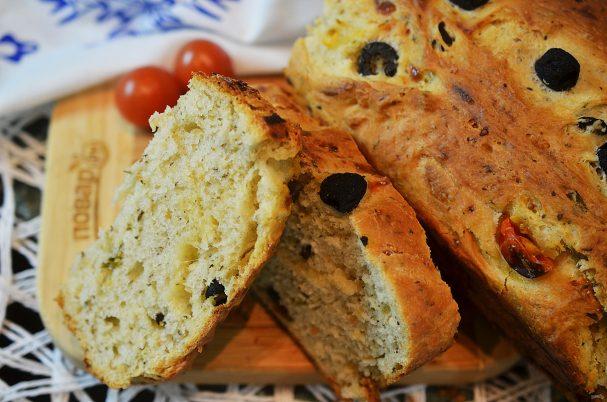 Сырный хлеб с маслинами и помидорами черри