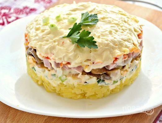 Новогодний салат с ветчиной, грибами, сыром, зеленым луком