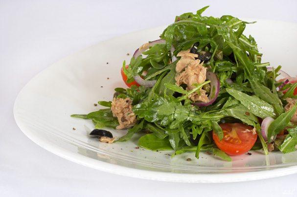 Салат из рукколы с тунцом
