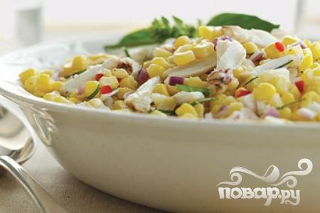 Салат с кукурузой, чили и крабовым мясом