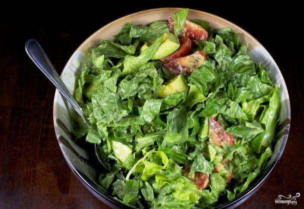 Зеленый салат с помидорами и авокадо