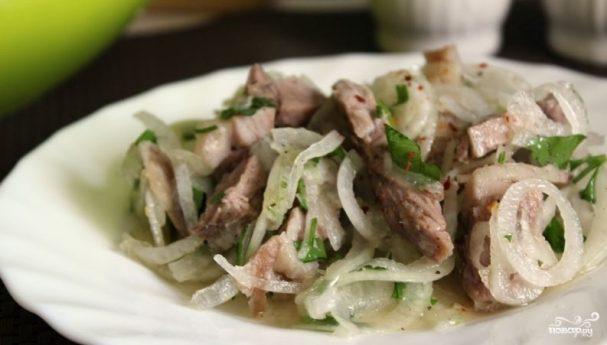 Cалат со свининой и луком