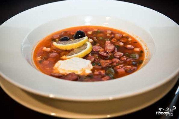 Солянка с маслинами и колбасой