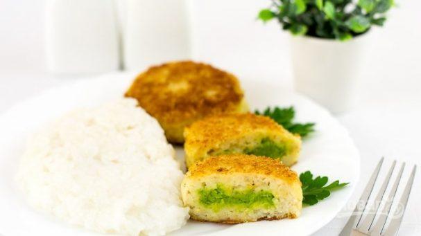 Рыбные котлетки с зеленым горошком