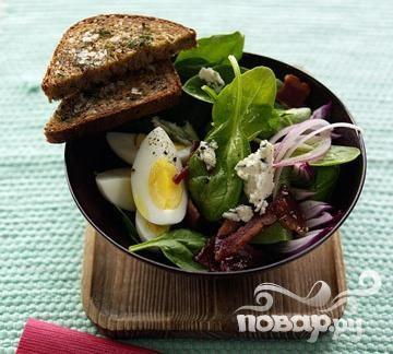 Салат со шпинатом, беконом и сыром