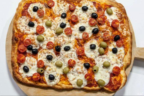 Пицца с оливками и помидорами