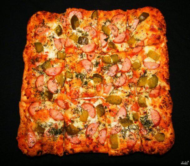Пицца с огурцами и колбасой