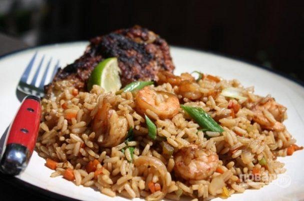 Жареный рис с креветками и овощами