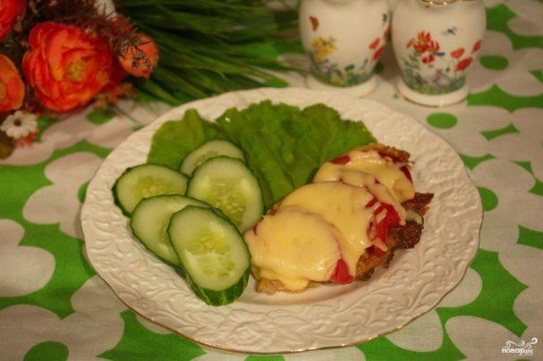 Отбивные с помидорами и сыром