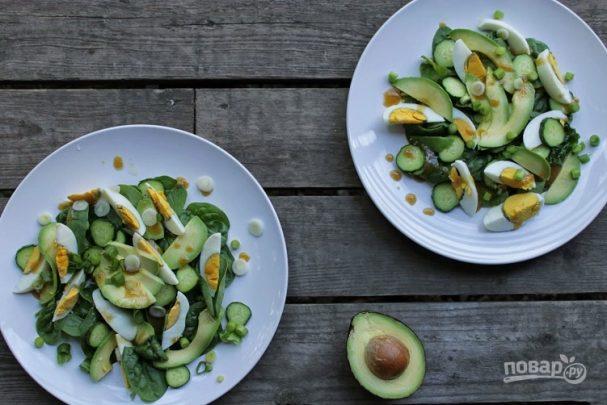 Салат из авокадо, яиц и огурцов