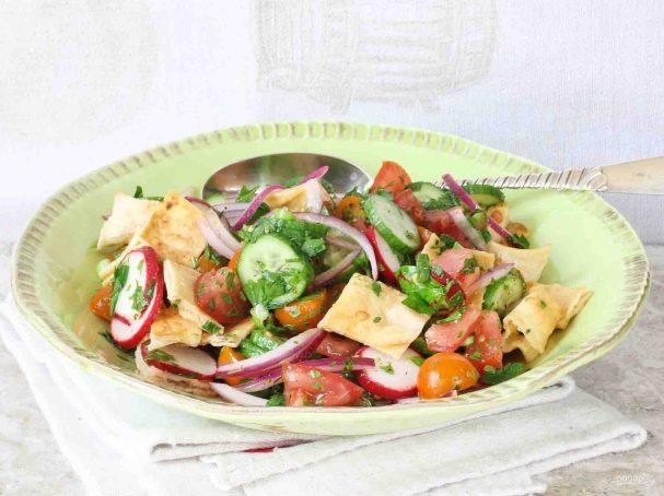 Овощной салат с хлебными чипсами