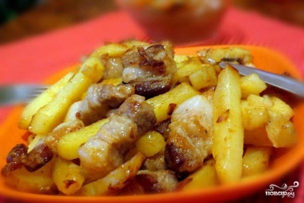 жареная картошка с луком и салом на сковороде