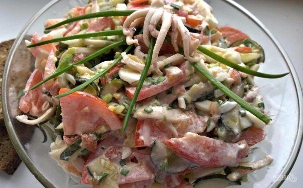 Салат из кальмаров с солеными огурцами