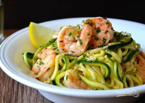 Зеленые спагетти из кабачков (цукини) с креветками