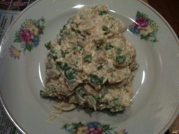Салат из копченой рыбы с луком