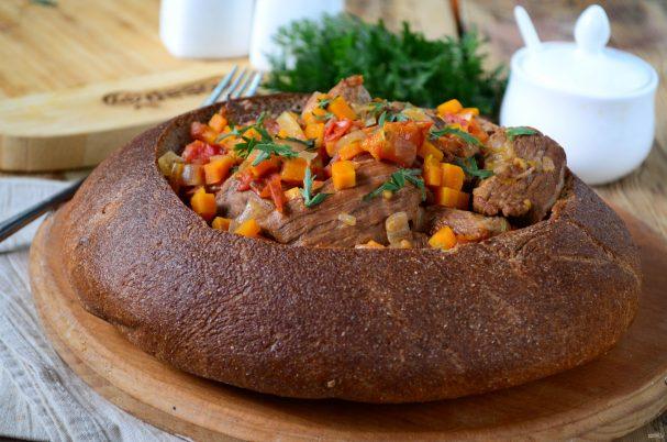 Говядина в хлебной тарелке