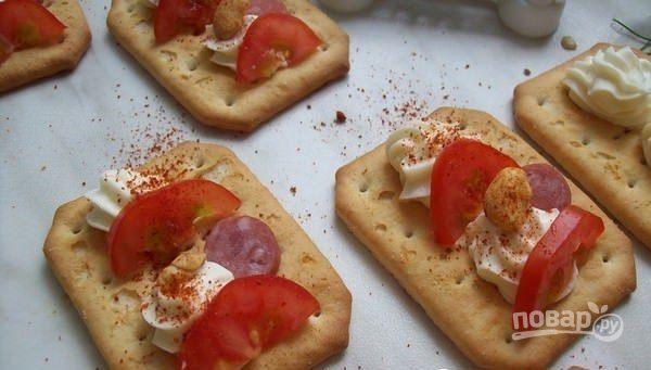 Закуска на крекерах с сыром и сосисками