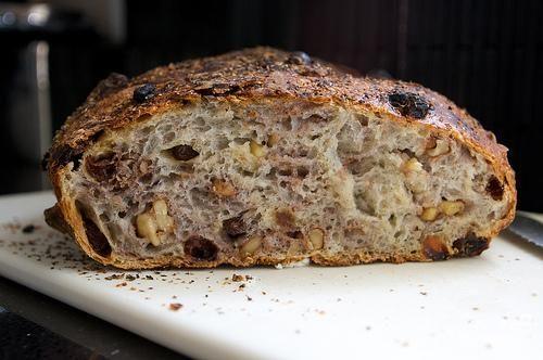 Хлеб с орехами и изюмом