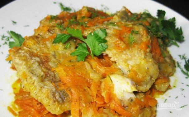 Тушеная рыба с морковкой и луком
