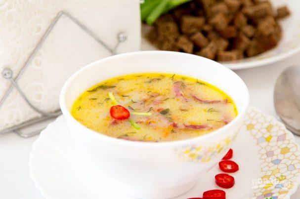 Горячий сырный суп с колбасой