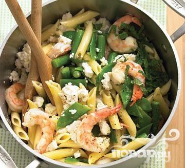 Паста с креветками, сыром и овощами