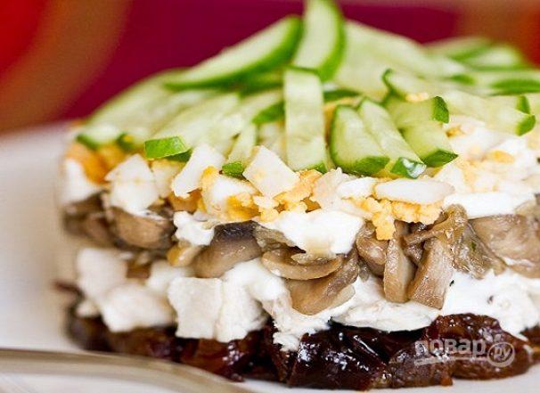 Салат из курицы с черносливом и грибами