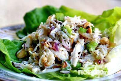 Крабовый салат с грушей и орехами