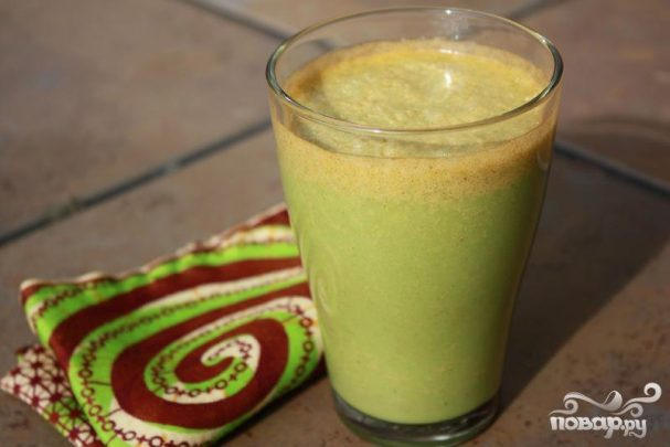 Витаминный напиток из сладкого перца, кинзы и яблока