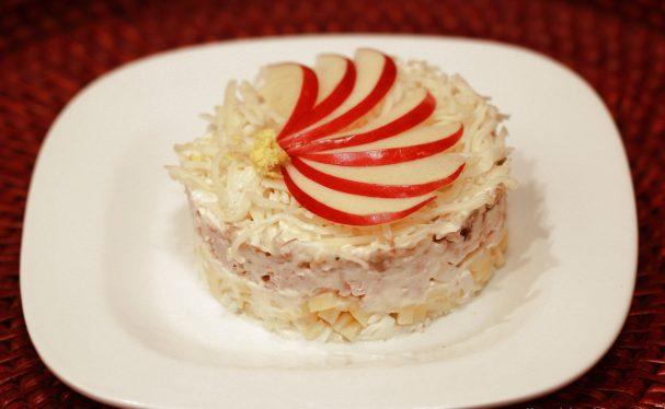 Салат слоеный с яблоком