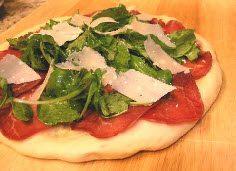 Пицца с рукколой и ветчиной