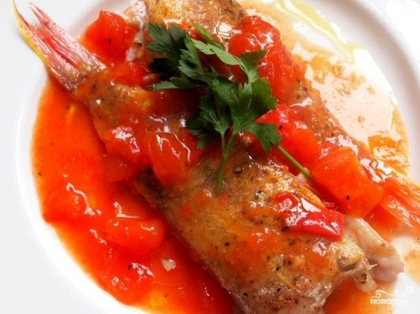 Жареная рыба с помидорами