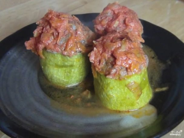 Кабачки, фаршированные мясом и рисом
