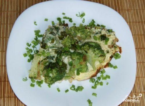 Брокколи с яйцом и сыром на сковороде