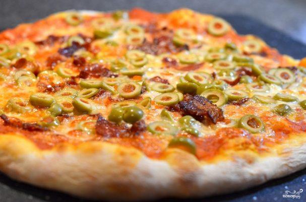 Пицца с оливками и колбасой