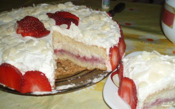 Бисквитный торт с заварным кремом и клубникой