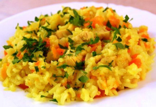 рис на сковороде с луком и морковью