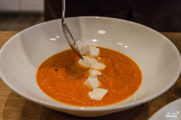 Cуп из томатного сока с сыром