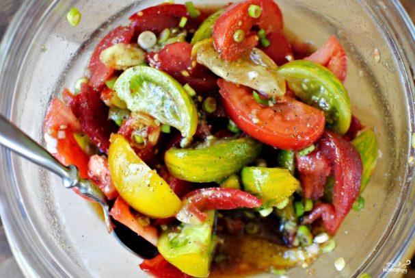 Особый салат из разноцветных помидоров