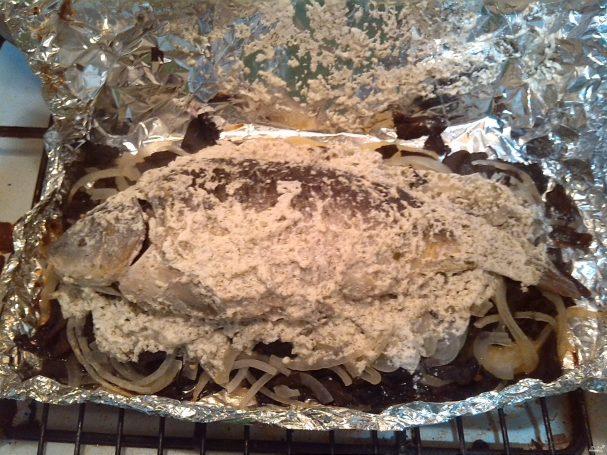 Карп, запеченный в фольге с грибами и картофелем