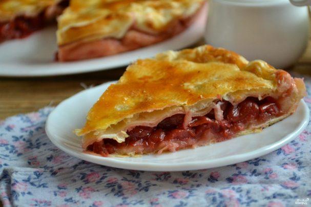Пирог с ягодами из слоеного бездрожжевого теста