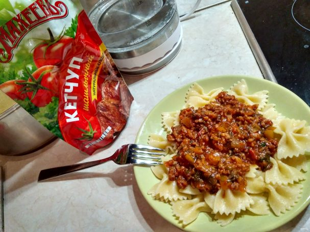 "Лучший рецепт макарон по-флотски с овощами и кетчупом ""Махеевъ"""