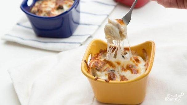 Запеканка из пельменей с сыром и грибами