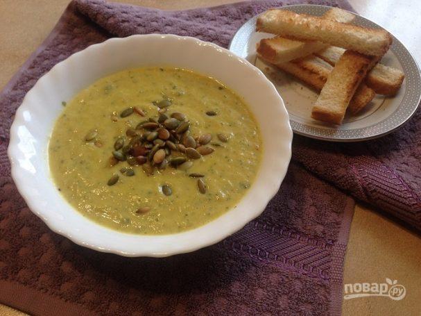 Суп-пюре из цукини с тыквенными семечками