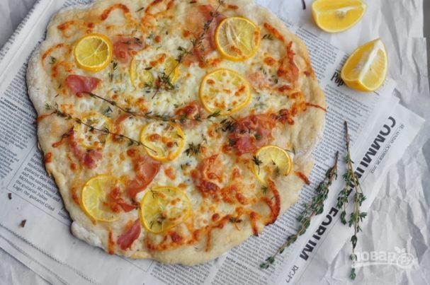 Пицца с прошутто и лимоном