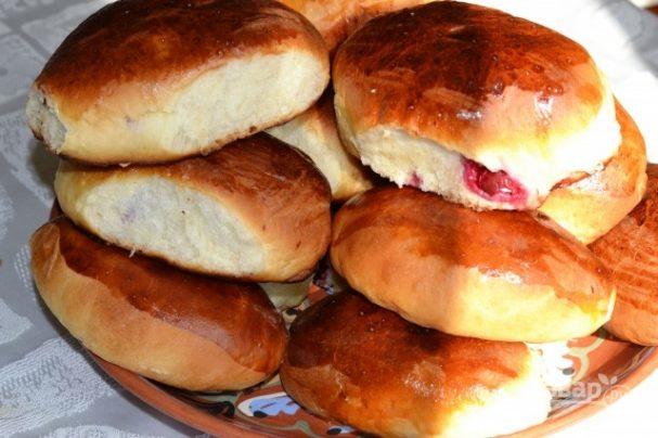 Пирожки дрожжевые с вишней