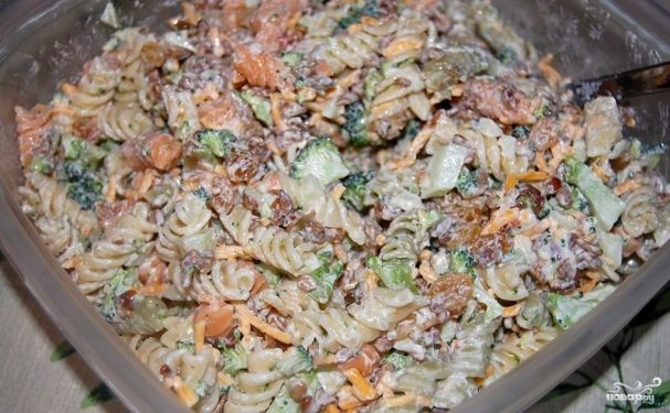 Азиатский Салат с макаронами, говядиной, брокколи и ростками фасоли