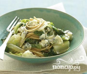 Спагетти с сыром и салатом