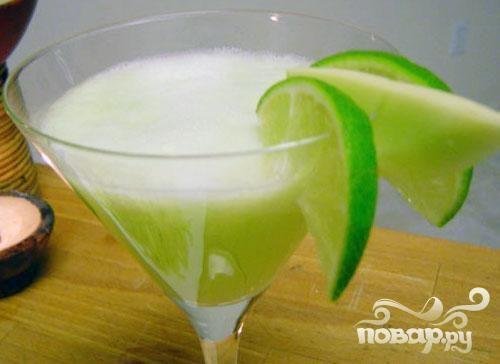 Напиток для взрослых с медовой дыней и огурцом