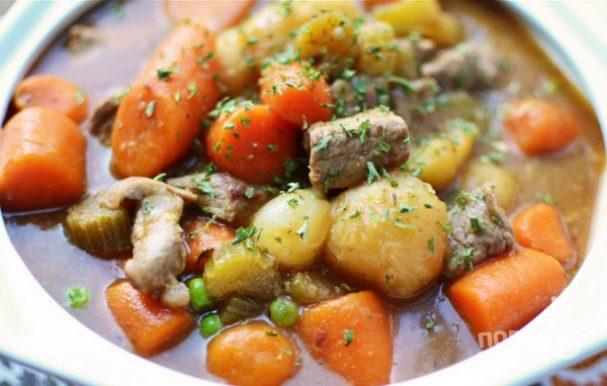 Говядина, тушенная с целыми овощами